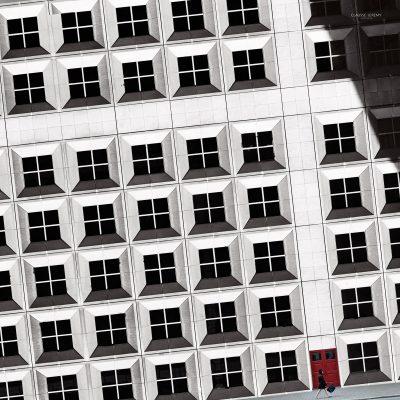 La fille et la porte rouge